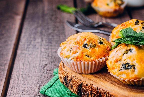 Slané muffiny se špenátem a čedarem