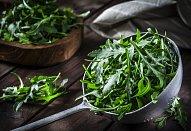 Listový salát s řepou a česnekovým dipem