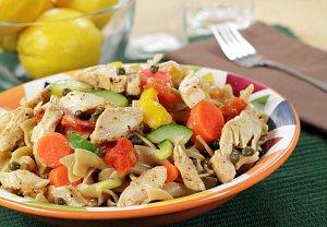 Těstovinový salát se zeleninou, masem a dresingem