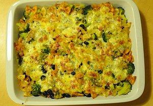 Zapečené těstoviny s brokolicí, sýrem a rajčaty