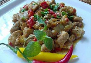 Vepřové maso s paprikou a rajčaty
