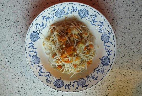 Rýžové nudle s česnekovou zeleninou a tuňákem