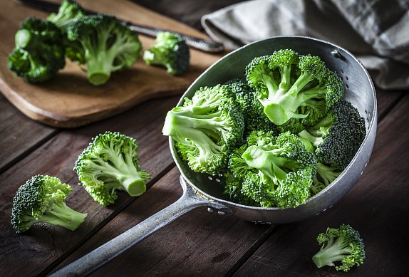 Bramborový salát s květákem a brokolicí