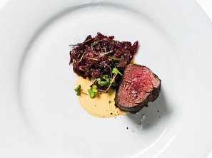 Jelení steak se zelím a uzenou křenovou omáčkou