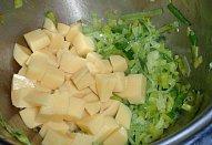Bramborovo-pórková polévka s fazolemi a koprem