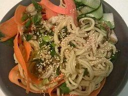 Sezamový nudlový salát