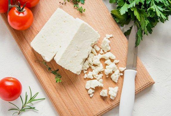 Salát se sýrem, fazolkami, čočkou a špenátem