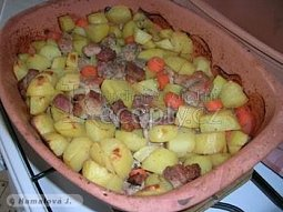 Zapékané brambory s masem v římském hrnci