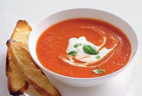 Úžasná hustá, krémová a lehce pikantní rajčatová polévka