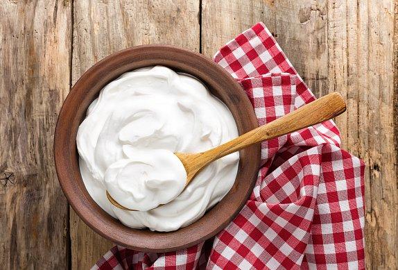 Cheesecake s jahodami, bílou čokoládou a mákem