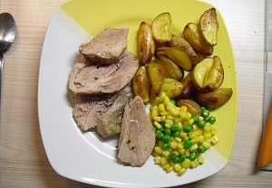 Pečená krůta s pečenými brambory a dušenou zeleninou