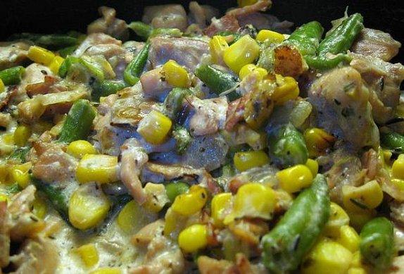 Smetanové fazolky a kukuřice s masem podávané na bramboru vařeném ve slupce