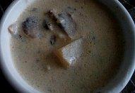 Žampionová polévka se zakysanou smetanou