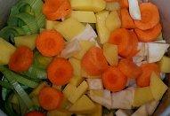 Zeleninová polévka s ředkvičkovými listy