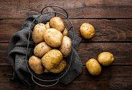Křupavé bramboráky se zelným salátem