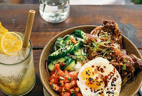 Com Tam – Rýže se zeleninou a marinovanou krkovicí