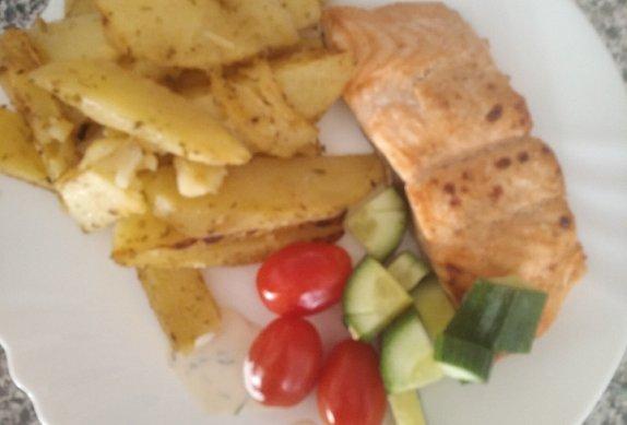 Marinovaný losos s pečeným bramborem a koprovým dipem