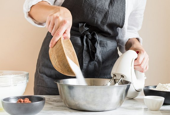Čokoládová roláda s lehkým krémem a borůvkami