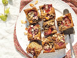 Makový koláč se švestkami a mandlemi