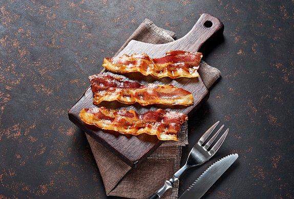 Halloumi ve slanině s hráškovým salátem