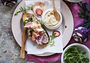 Hovězí sendvič s nakládanými kedlubnami