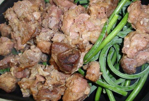 Vepřové výpečky s česnekovými výhonky (fazolkami)