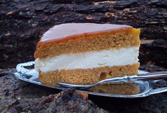 Mrkvový dort / řez s karamelovou polevou