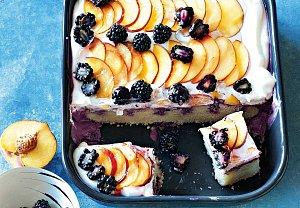 Ostružinový koláč s broskvemi