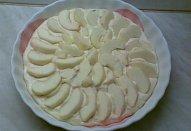 Křehký jablkový koláč s meruňkovou polevou