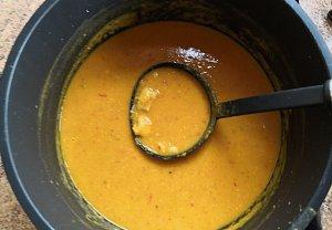 Dýňová indická polévka s kuřecím a červenou čočkou