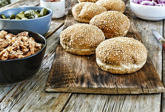 Rybí burger a batátové hranolky
