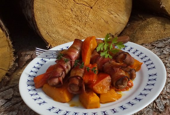 Vinná klobása ve slanině pečená na dýni