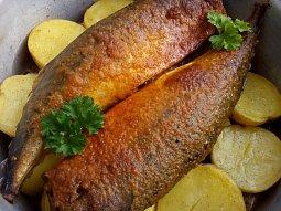 Makrela (ryba) pečená na bramborách