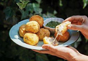 Arancini - risottové koule se salsou verde