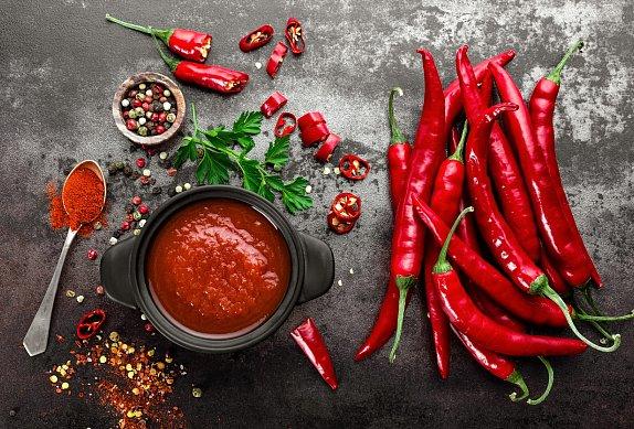 Domácí smažené brambůrky s chilli omáčkou