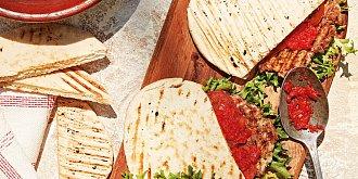 Pljeskavica s ajvarem v pita chlebu