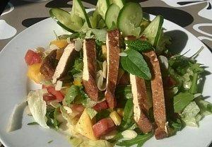 Osvěžující salát s mangem a tofu