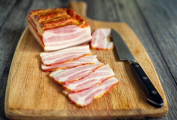 Cuketové muffiny se slaninou a sýrem