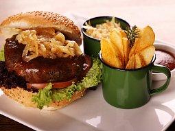 Hamburger s karamelizovanou cibulí Zdeňka Pohlreicha
