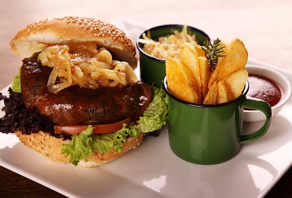 Hamburger s karamelizovanou cibulí Zdeňka Pohlreicha photo-0