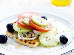 Řecký salát na toastu
