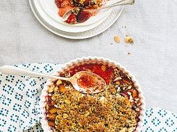 Švestkový crumble s amarettem, mákem a mandlemi