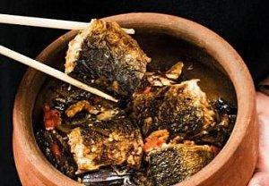 Karamelizovaná ryba v hliněné nádobě