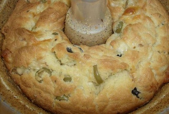 Slaná bábovka s olivami