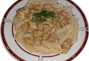 Těstoviny s pepřovo-smetanovou omáčkou a kuřecím masem