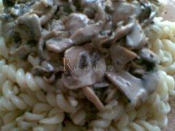 Těstoviny s žampionovo-nivovou omáčkou