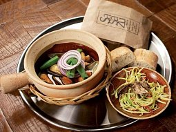 Sea ga curry (mušle a krevety s kari salátem a uzenou makrelou)