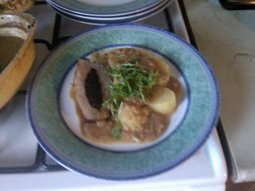 Vepřová pečeně se švestkovou nádivkou a jablečným pyré