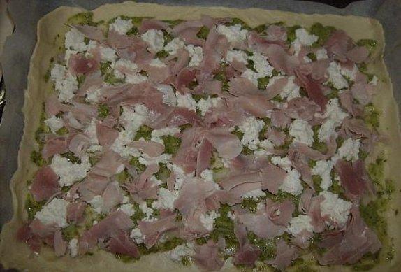 """Plněná """"pizza"""" s bazalkovým pestem a ricottou"""