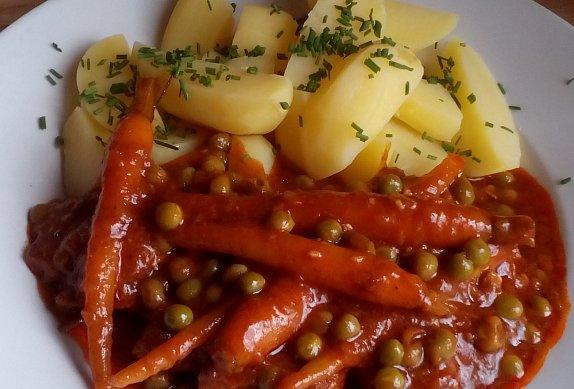Vepřové plátky s hráškem a mrkví
